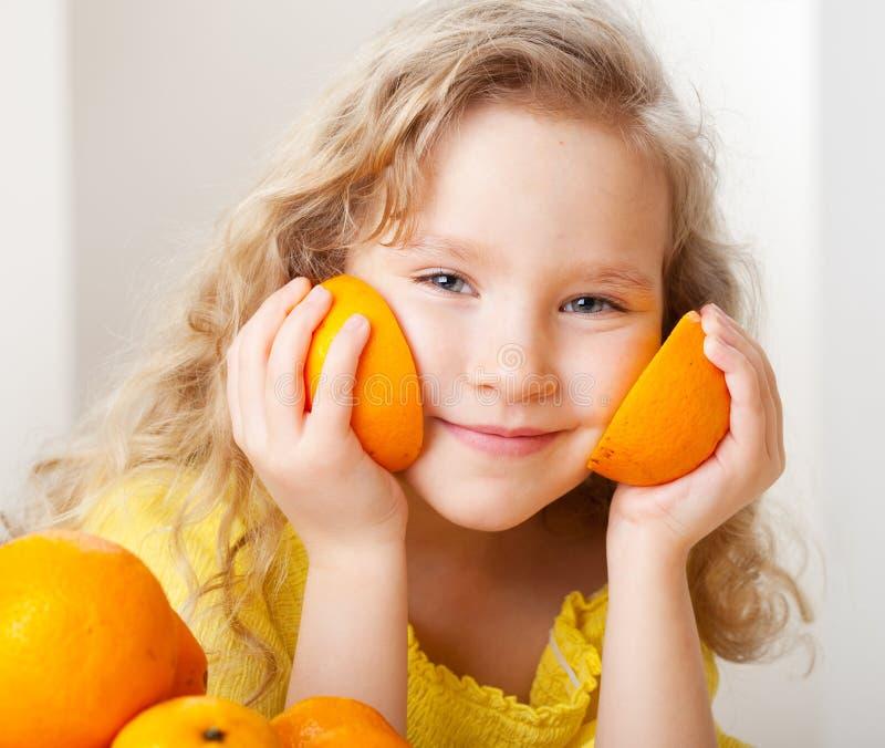 Niño con las naranjas fotos de archivo