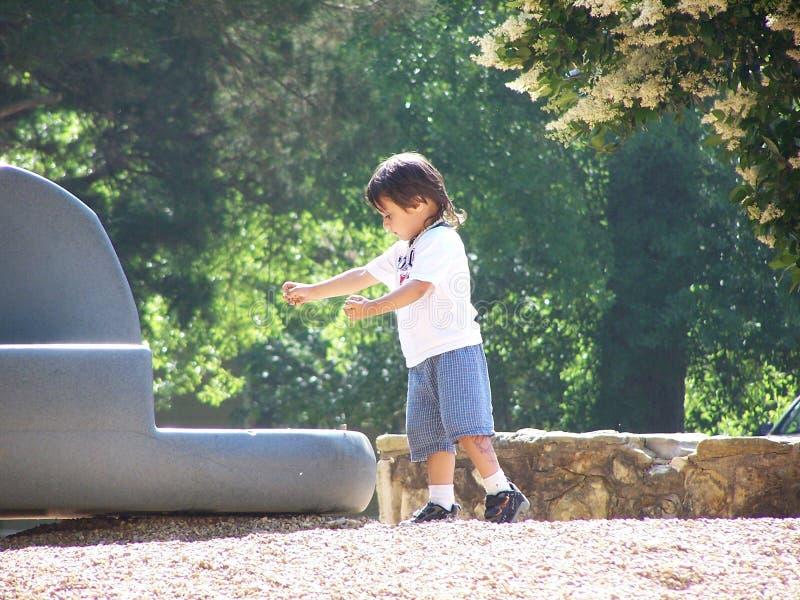 Niño con las rocas imagenes de archivo