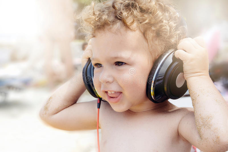 Niño con los auriculares fotografía de archivo libre de regalías