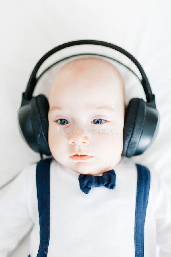 Niño con los auriculares fotografía de archivo