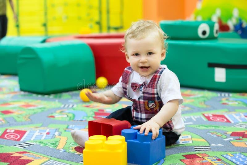 Niño con los cubos imagenes de archivo