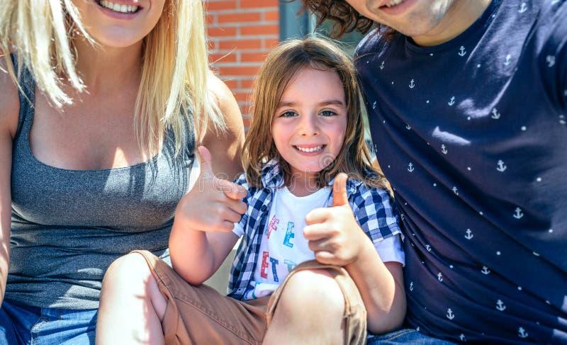 Niño con los padres delante del nuevo hogar imágenes de archivo libres de regalías