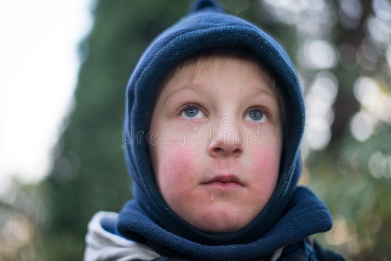 Niño con los rasgones fotografía de archivo
