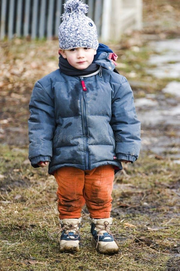 Niño con ropa fangosa imagen de archivo libre de regalías