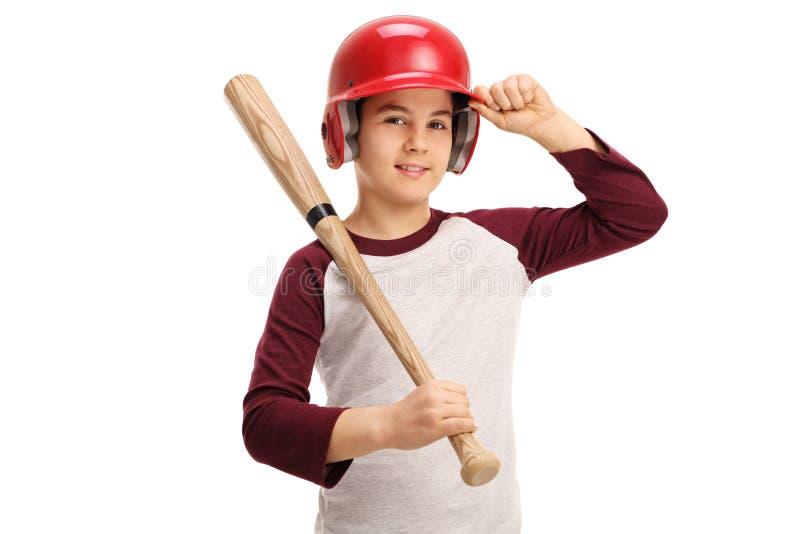 Niño con un bate de béisbol y un casco imagenes de archivo