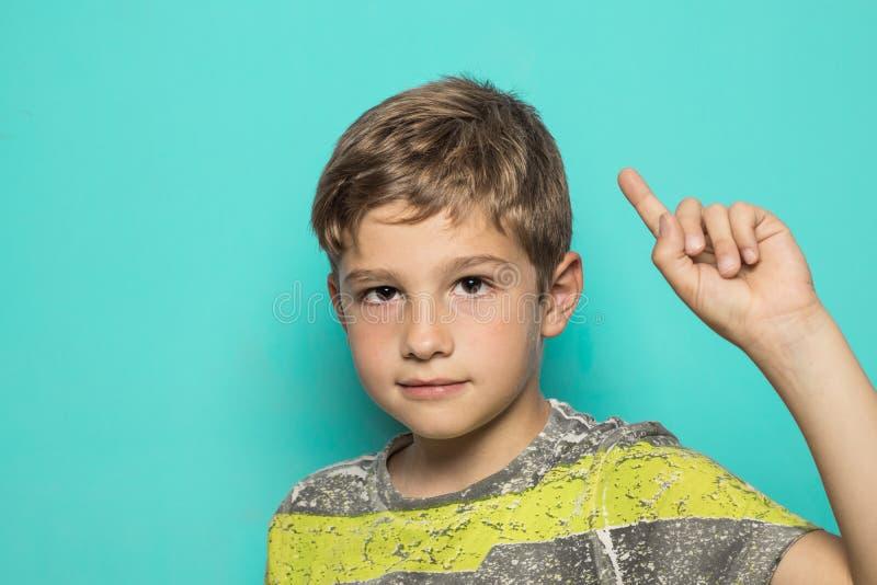 Niño con un finger aumentado fotos de archivo