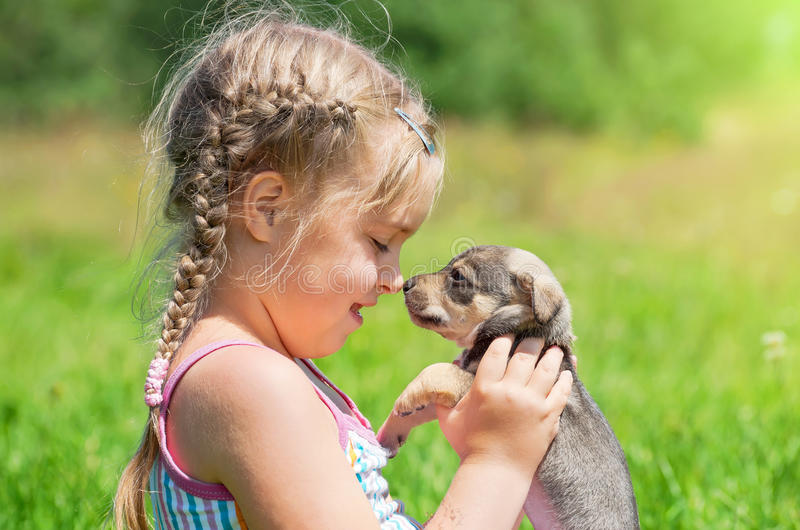 Niño con un perrito imagen de archivo libre de regalías