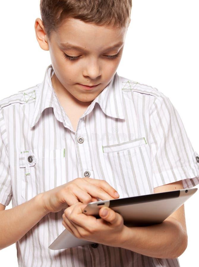 Niño con una PC de la tablilla imágenes de archivo libres de regalías