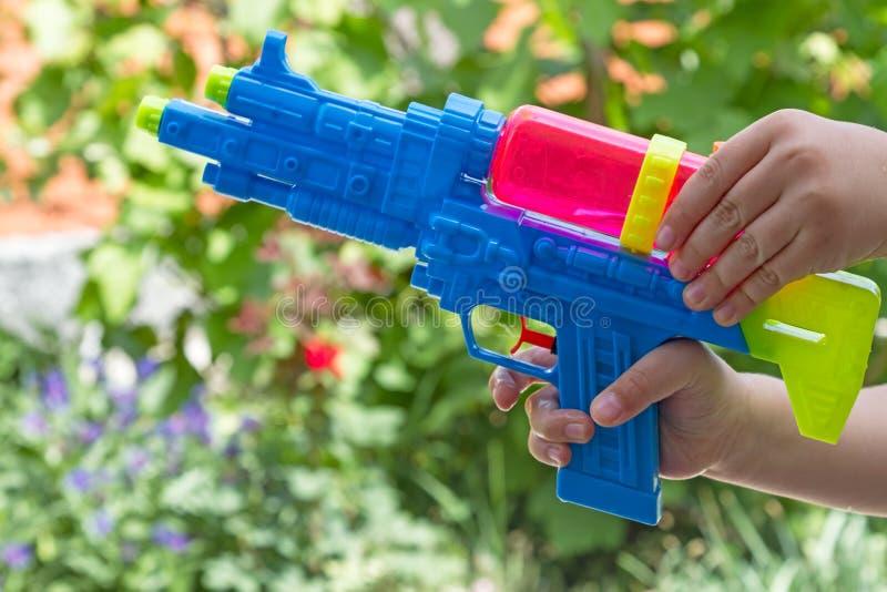 Download Niño Con Una Pistola De Agua Al Aire Libre Imagen de archivo - Imagen de amarillo, mano: 41905803