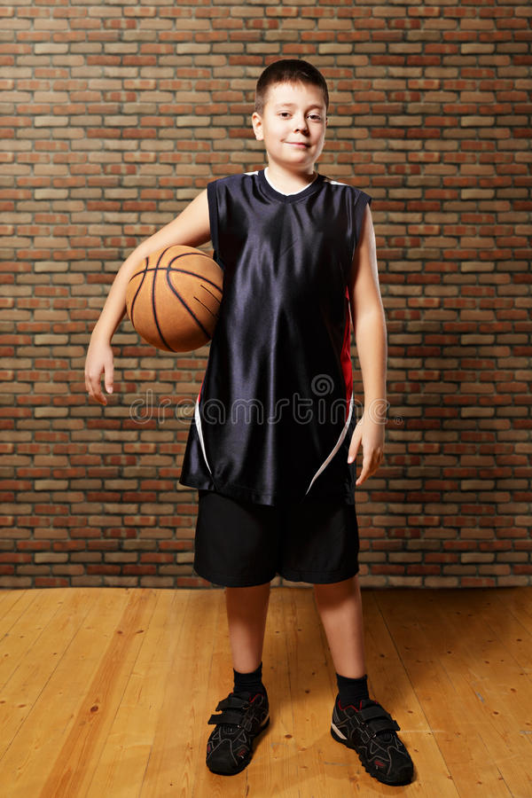 Niño contento con baloncesto foto de archivo libre de regalías