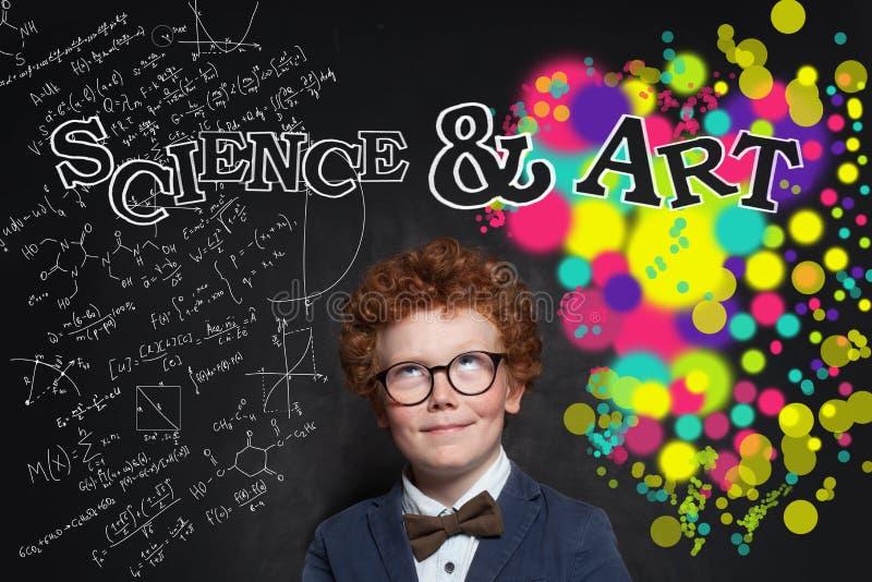 Niño curioso que mira la inscripción de la ciencia y del arte imagen de archivo