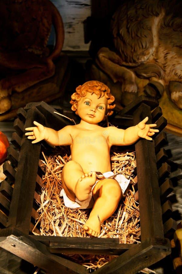Niño de Cristo en pesebre fotos de archivo