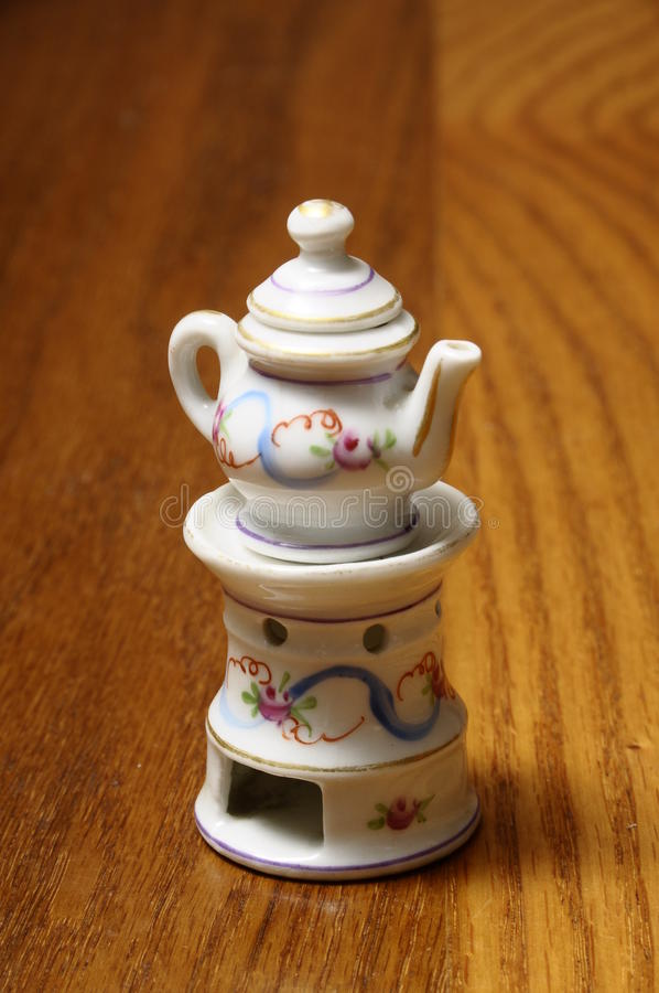 Niño de Dinette: Miniatura del crisol del té foto de archivo