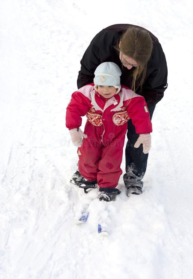 Niño de enseñanza de la madre a esquiar foto de archivo libre de regalías