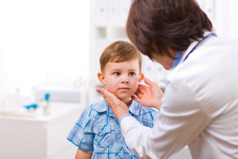 Niño de examen del doctor imagen de archivo