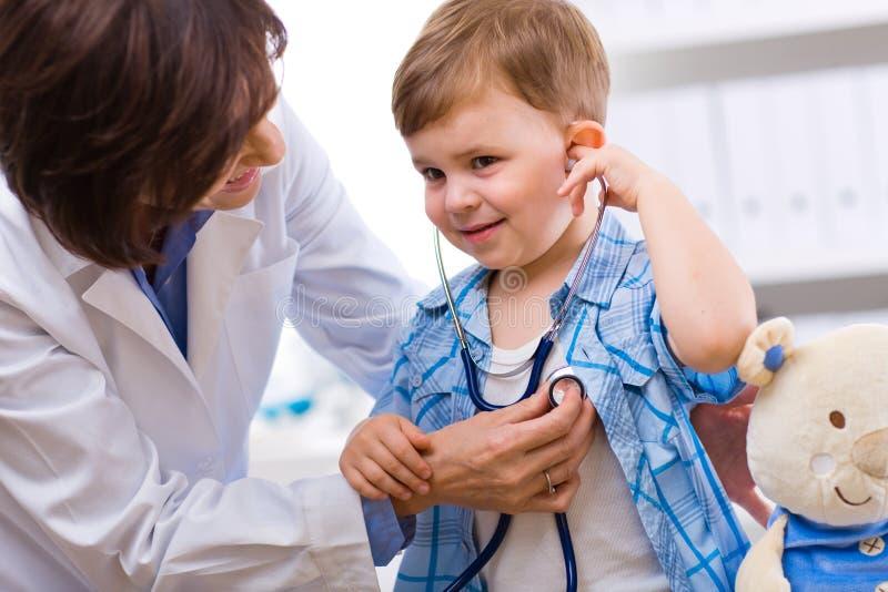 Niño de examen del doctor fotografía de archivo libre de regalías