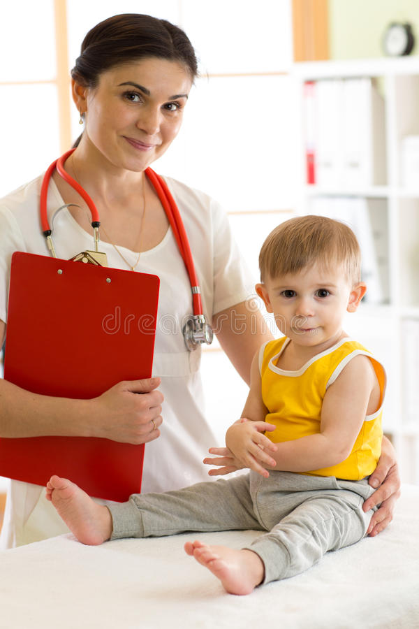 Niño de examen del pediatra del doctor imagenes de archivo