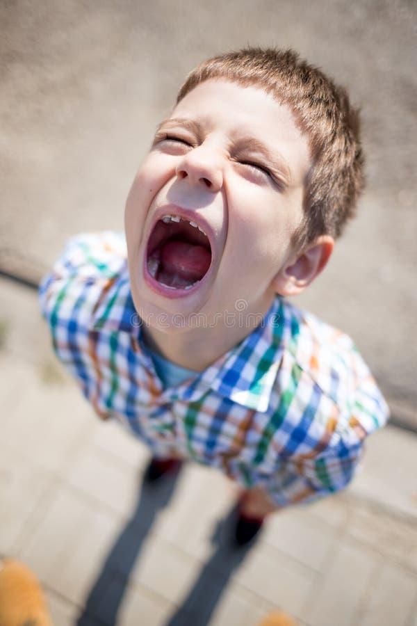 Niño de griterío con la carie y un diente que falta fotografía de archivo libre de regalías