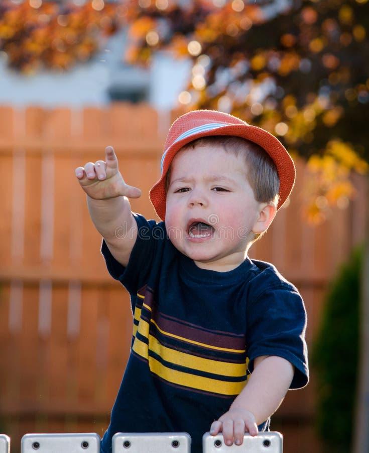 Niño de grito imagen de archivo