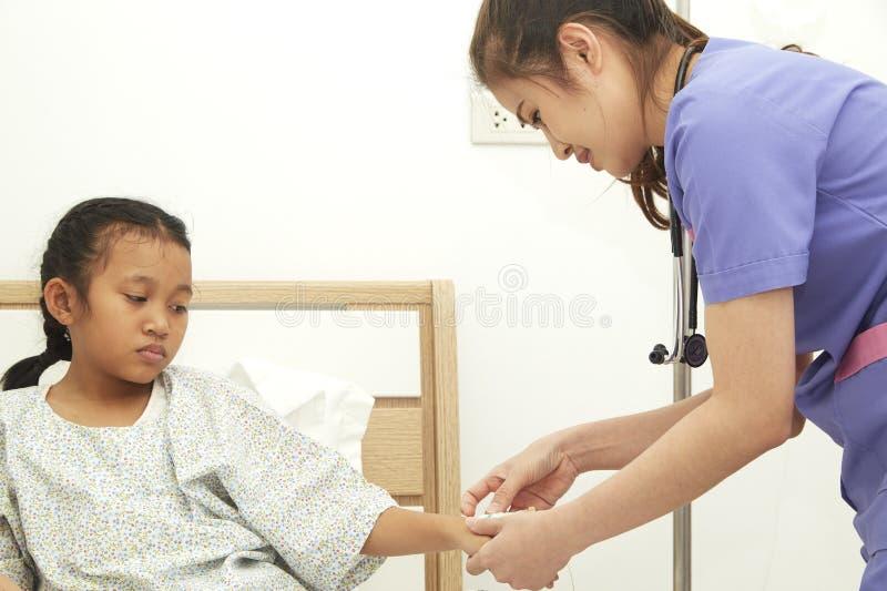 niño de la chica joven en un hospital imagen de archivo libre de regalías