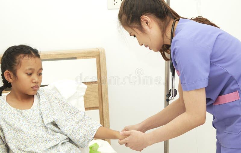 niño de la chica joven en un hospital imágenes de archivo libres de regalías