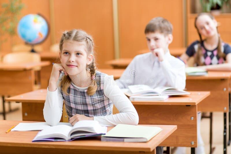 Niño de la escuela en la lección en sala de clase foto de archivo libre de regalías