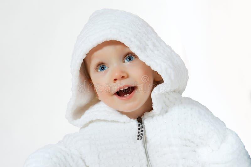 Niño de la felicidad en el capo motor blanco foto de archivo