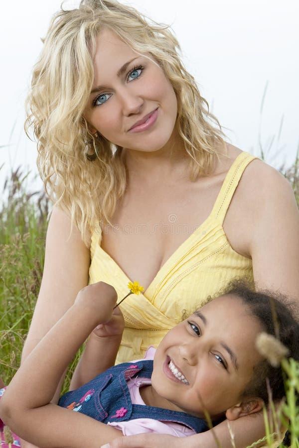 Niño de la madre hermosa y de la raza mezclada en campo imagen de archivo libre de regalías