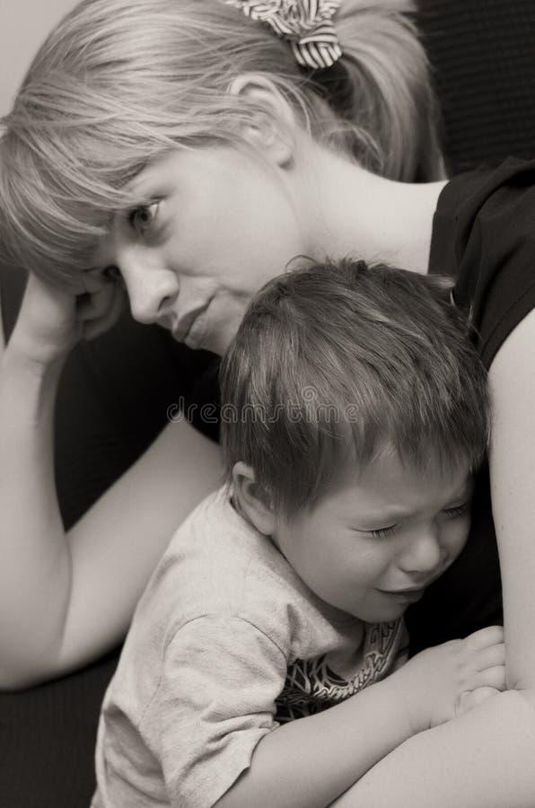 Niño de la madre y del griterío fotografía de archivo libre de regalías