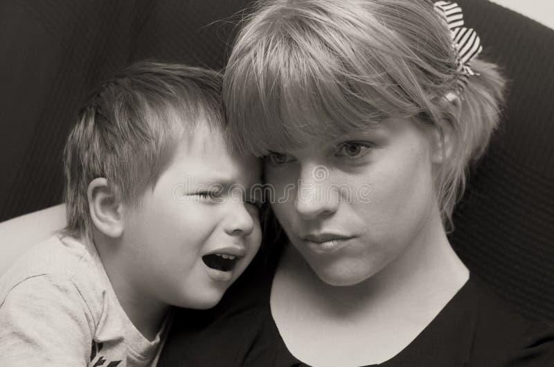 Niño de la madre y del griterío fotografía de archivo