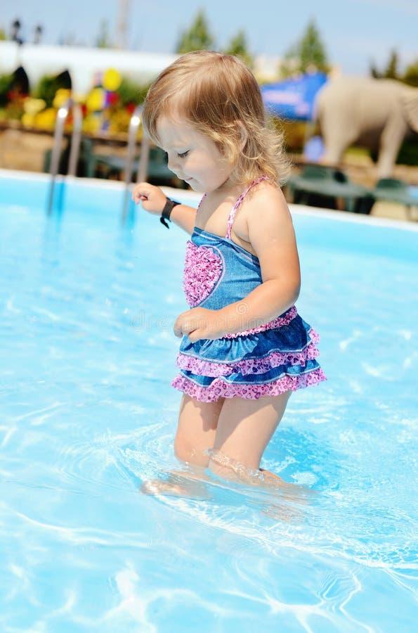 Niño de la moda en la piscina fotografía de archivo libre de regalías