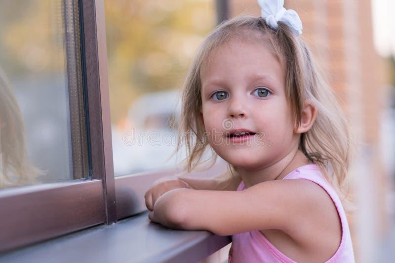 Niño de la muchacha en la calle fotos de archivo