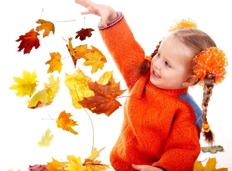 Niño de la muchacha en hojas anaranjadas del otoño. Venta de la caída. foto de archivo