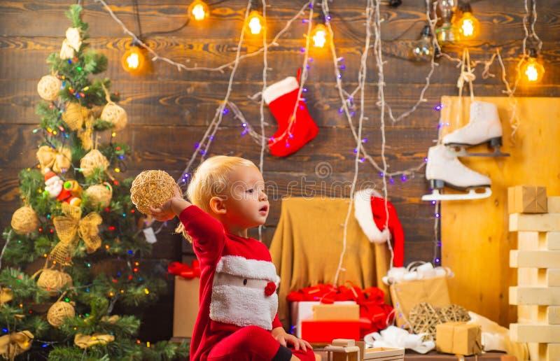 Niño de la Navidad Cuando era un niño, vendría aquí con mi familia en Años Nuevos Muchacha feliz del niño con un regalo de la Nav imagen de archivo