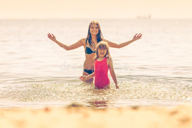 Download Niño De La Niña Y Madre De La Mujer En Agua De Mar Diversión Foto de archivo - Imagen de recorrido, relaje: 64201910