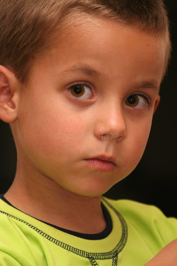 Niño de los objetos curiosos foto de archivo