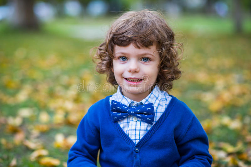 Niño de moda en parque del otoño foto de archivo libre de regalías