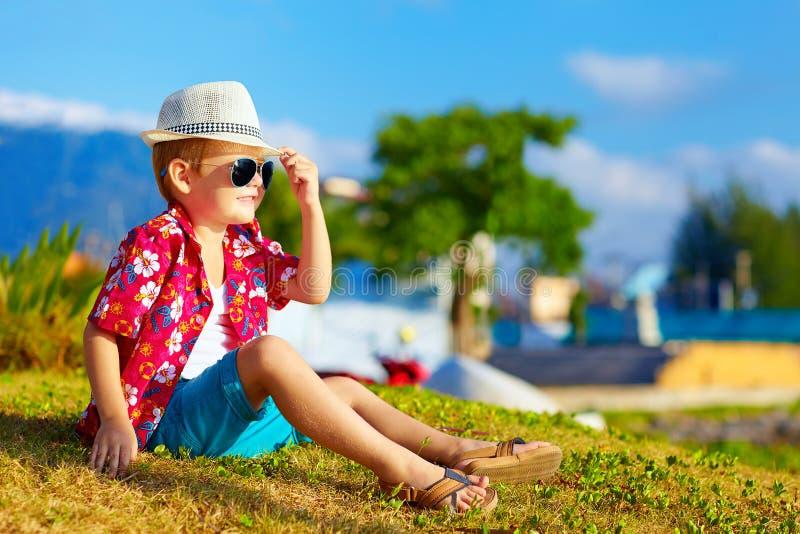 Niño de moda feliz en prado del verano fotos de archivo