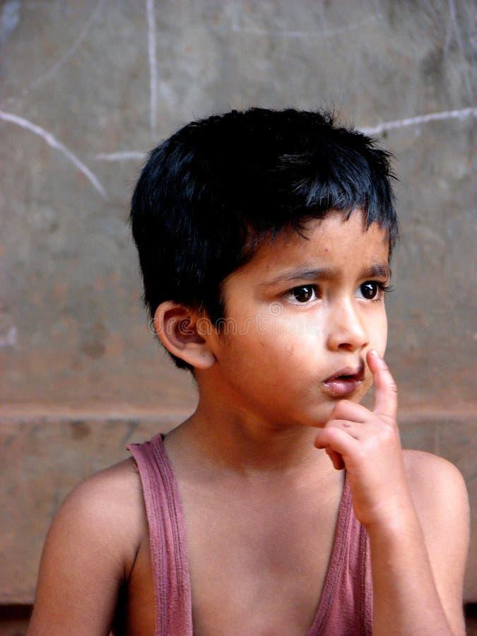 Niño de pensamiento fotos de archivo