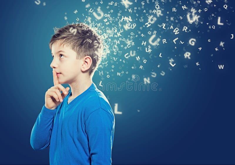 Niño de pensamiento imagenes de archivo