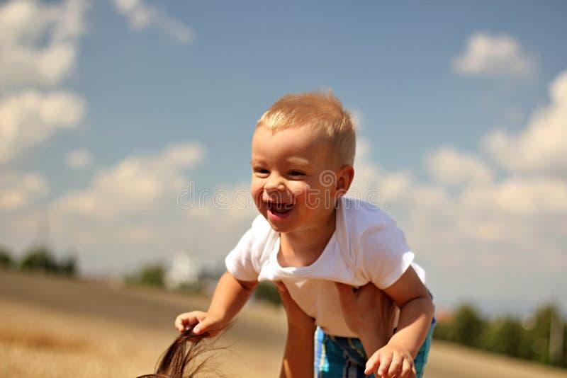 Download Niño de risa imagen de archivo. Imagen de nubes, outdoors - 42433665