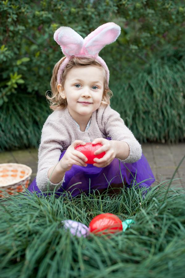 Niño de risa en la caza del huevo de Pascua fotos de archivo