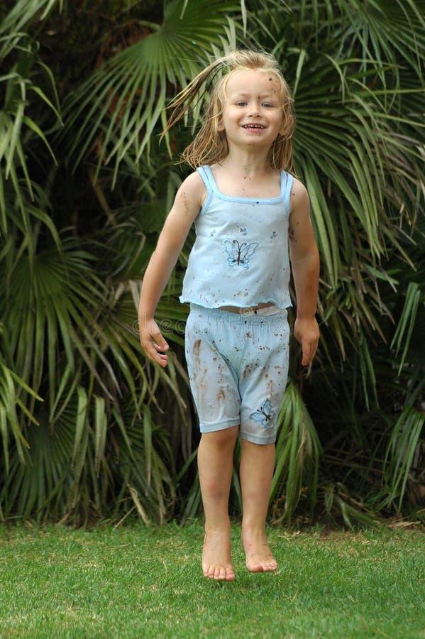 Niño de salto de la muchacha fotografía de archivo
