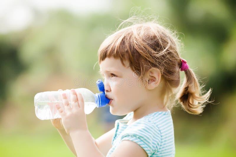 Niño de tres años que bebe de la botella fotografía de archivo libre de regalías