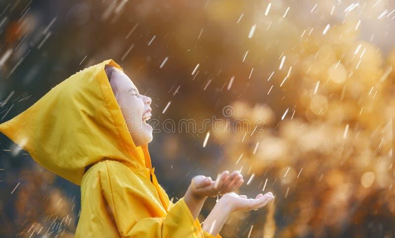 Niño debajo de la lluvia del otoño fotografía de archivo libre de regalías
