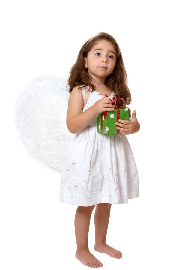 Niño del ángel que lleva a cabo un presente imagen de archivo libre de regalías