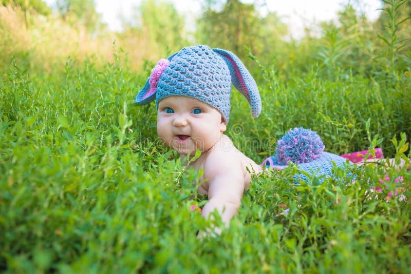 Niño del bebé del conejito de pascua Los niños se divierten imágenes de archivo libres de regalías