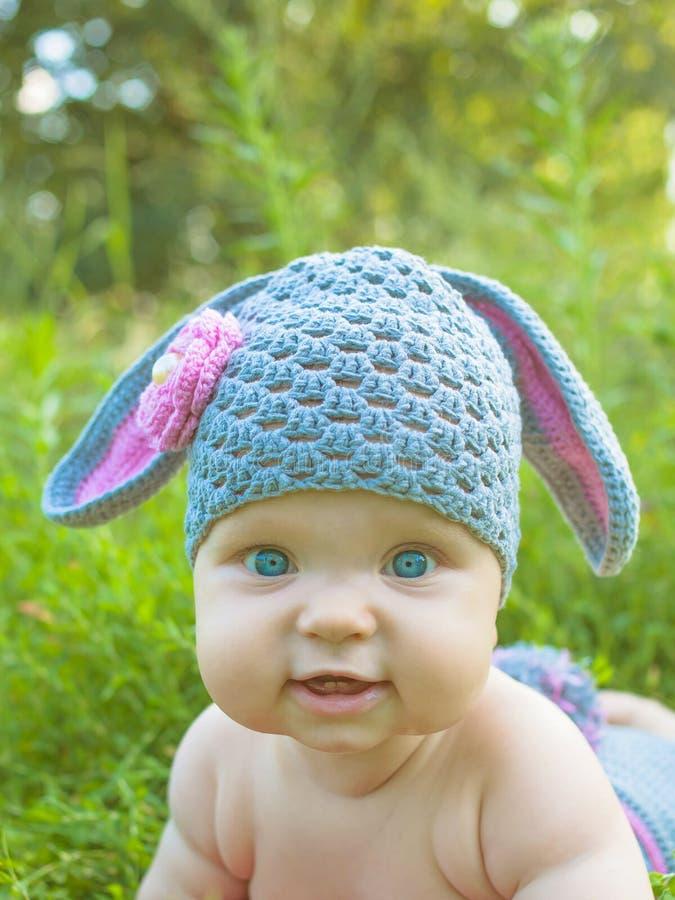 Niño del bebé del conejito de pascua Los niños se divierten imagenes de archivo