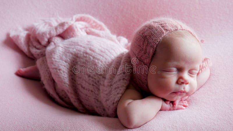 Niño del bebé en el vestido dormido foto de archivo