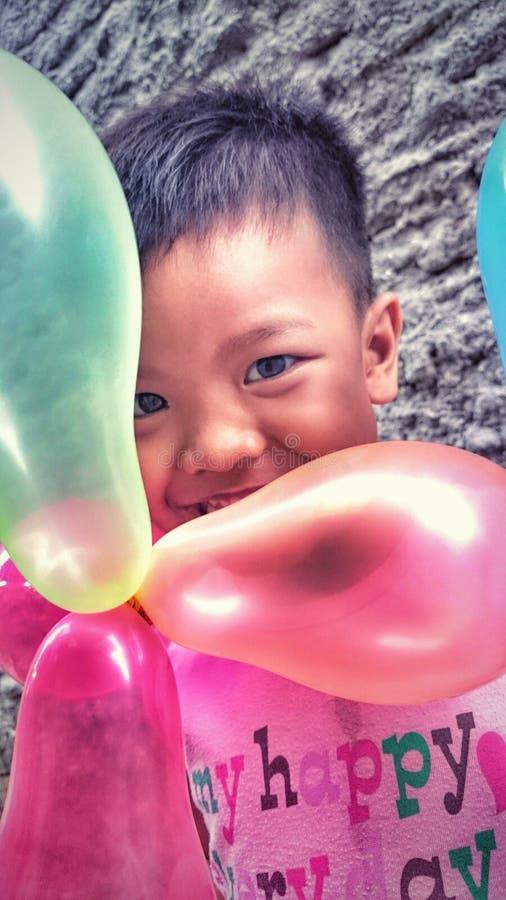 Niño del globo imagen de archivo
